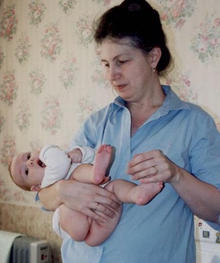Как брать новорожденного на руки фото? | мама супер!
