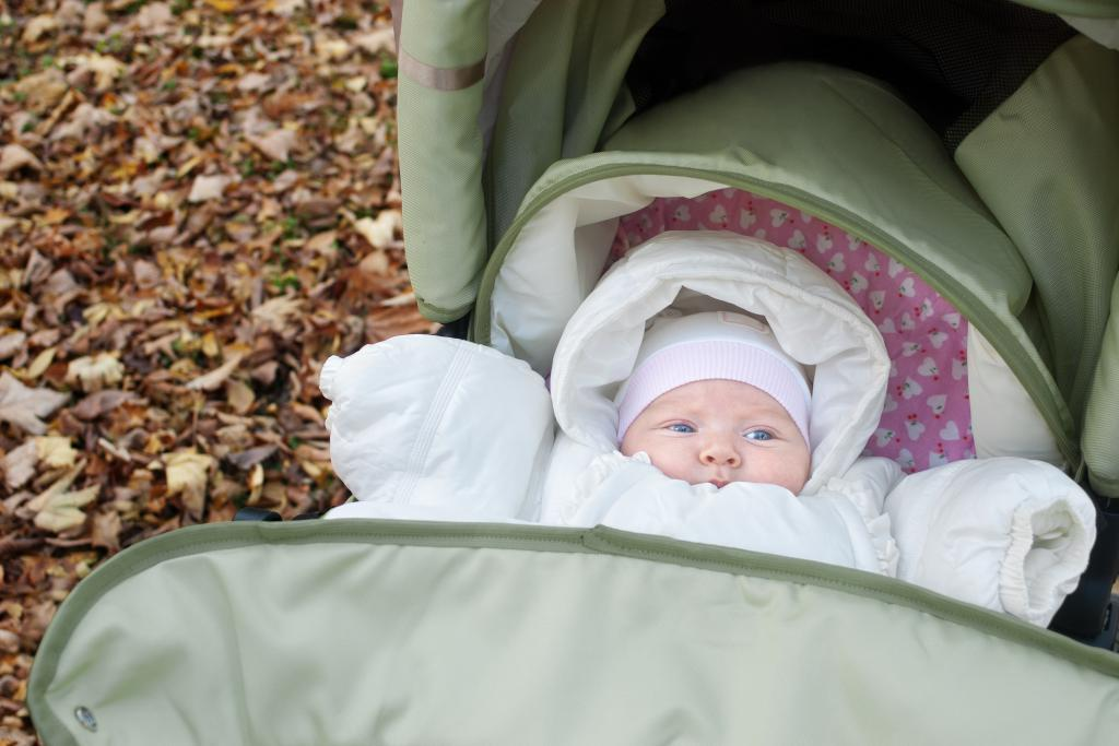 Когда можно гулять с новорожденным после роддома осенью и зимой