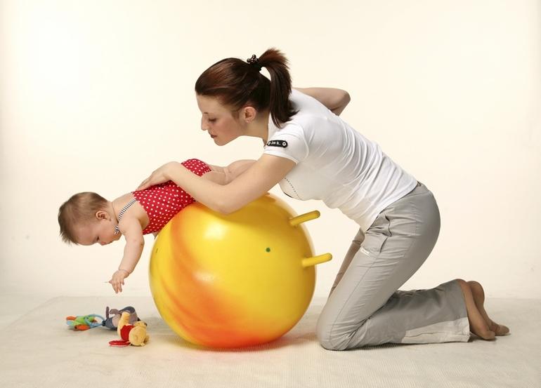 Упражнения на фитболе для грудничков: как заниматься гимнастикой на мяче с ребенком