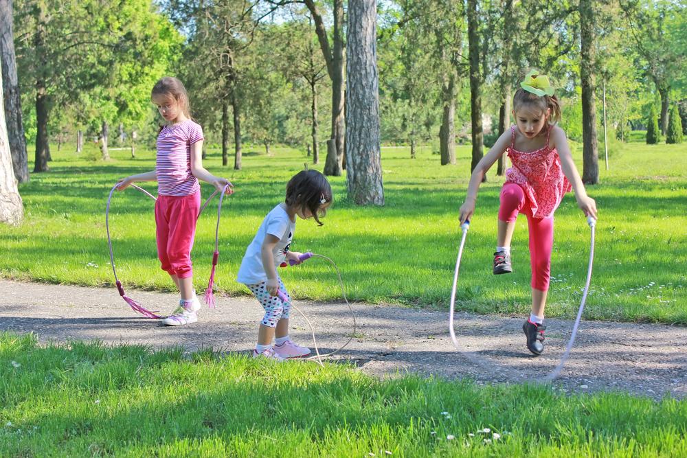 11 игр со скакалкой для детей разного возраста - история, интересные факты и правила знакомых и забытых игр