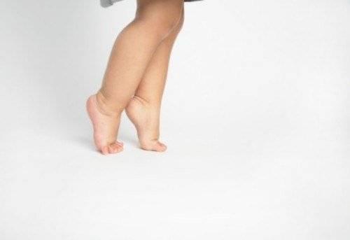 Ребенок ходит на носочках причины в 2 года