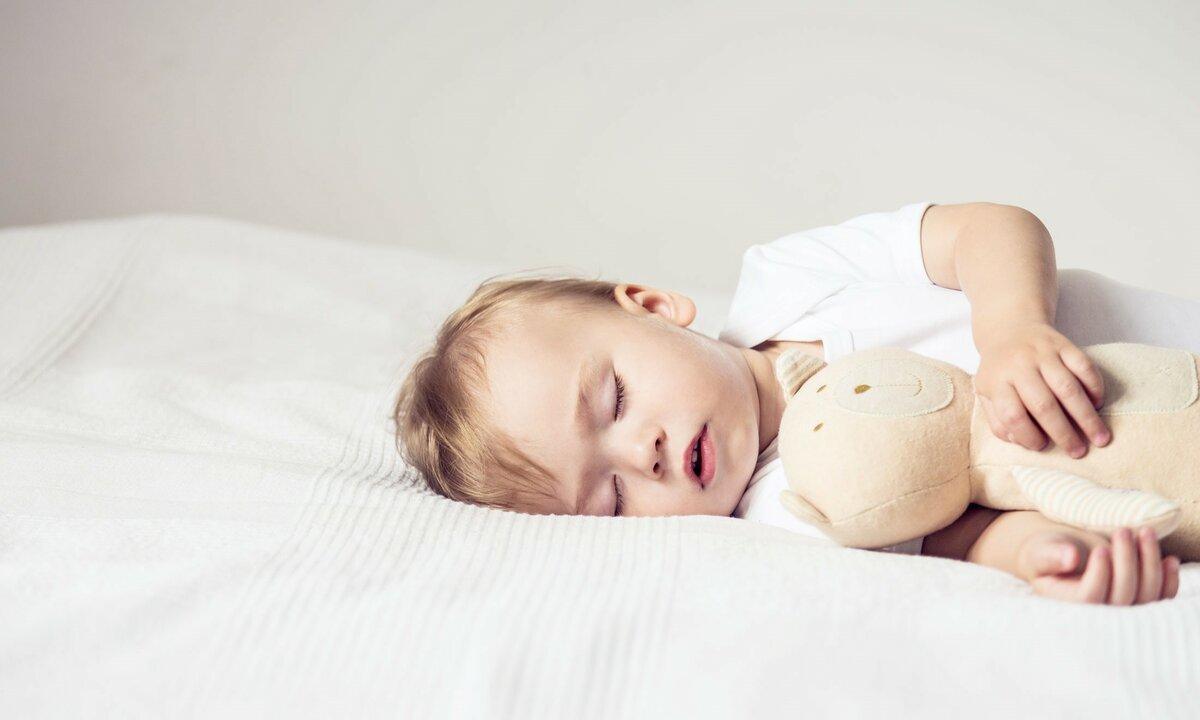 Потеет голова у ребенка - в чем причина и как с этим бороться?
