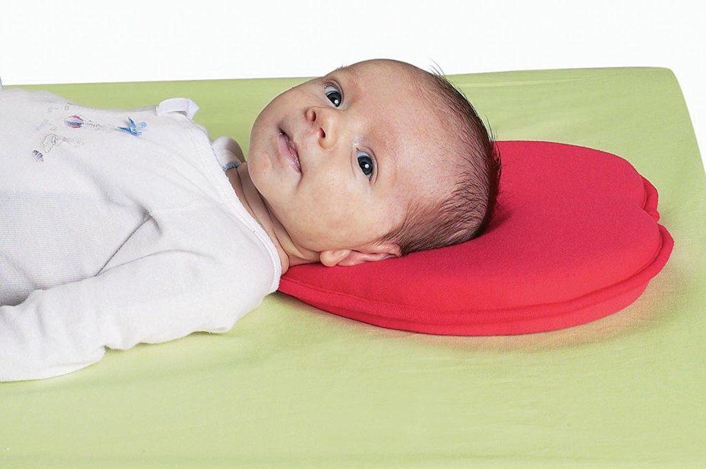 Анатомическая подушка для новорожденных: с какого возраста можно использовать, виды и особенности