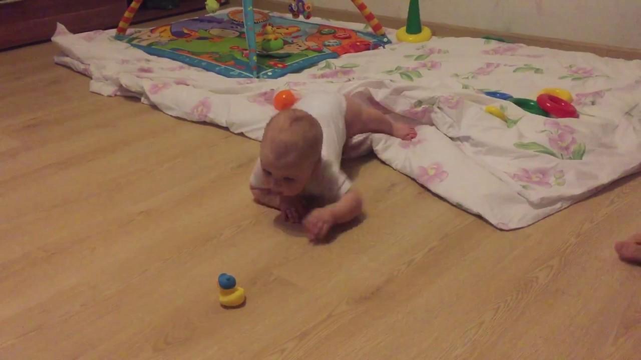 Когда ребенок начинает ползать и сидеть - упражнения для развития ребенка