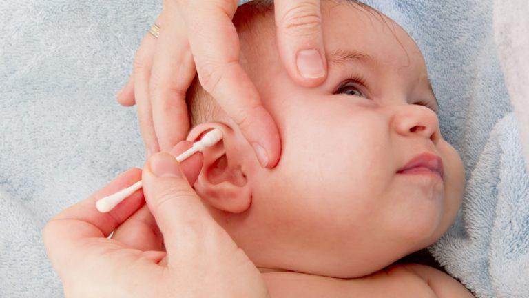Как правильно почистить уши грудному ребенку, и нужно ли это делать