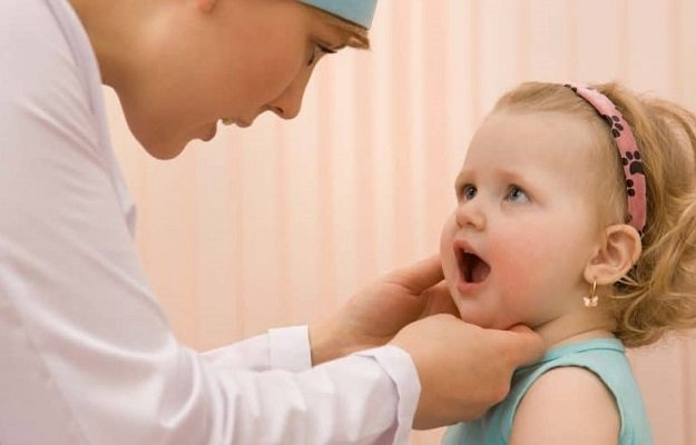 Не поворачивается шея ребенка делать. причины и лечение боли в шее у ребенка