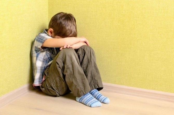 Почему ребенок бьется головой об пол и стены?