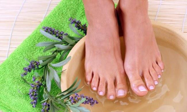 Как избавиться от запаха ног: народные средства, крема, мази, лекарства