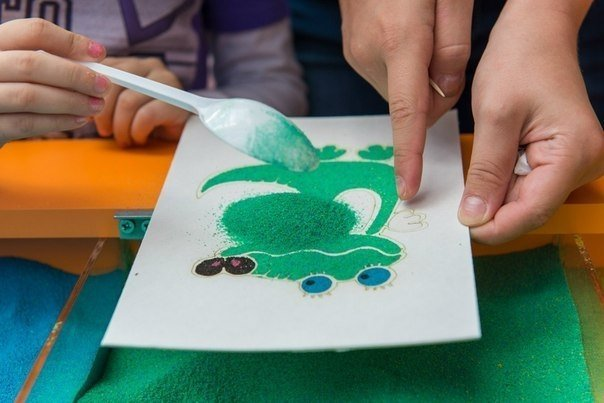 Рисование песком дома. чем занять ребенка.