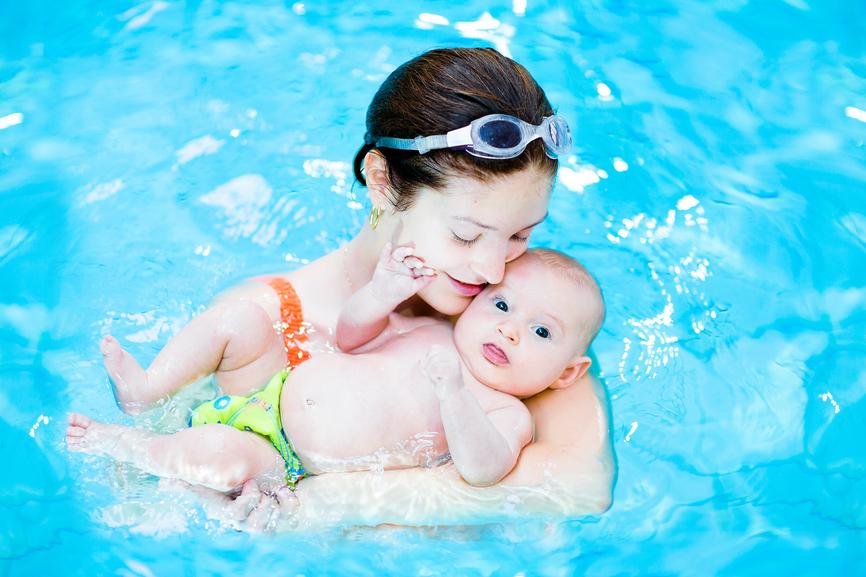 Все «за» и «против» грудничкового плавания: пользу или вред приносят занятия