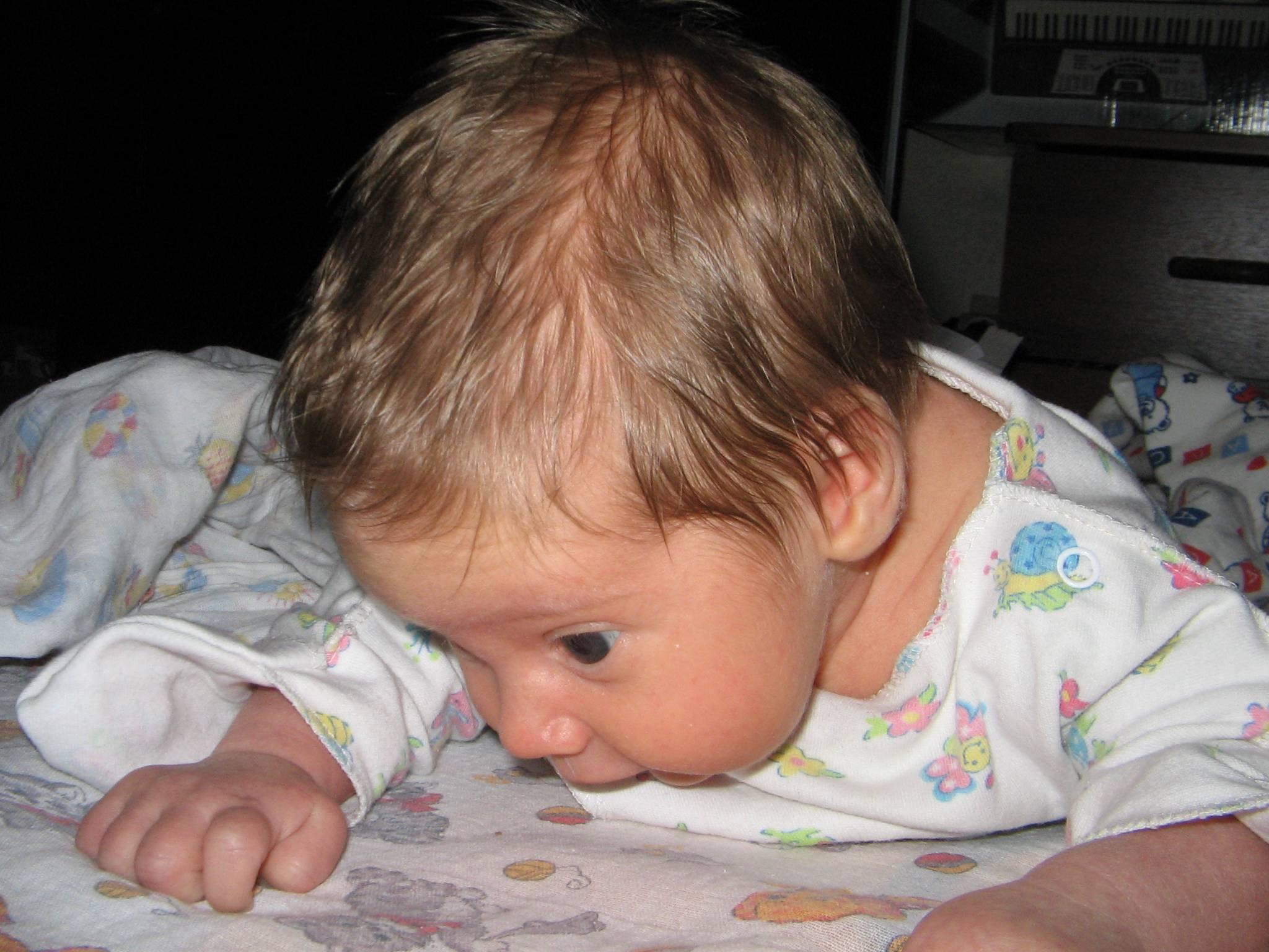 Почему у грудного ребенка сильно потеет голова во время сна?