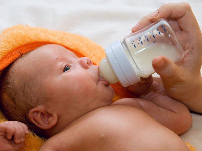 Кормление из бутылочки: в каком положении кормить смесью новорожденного