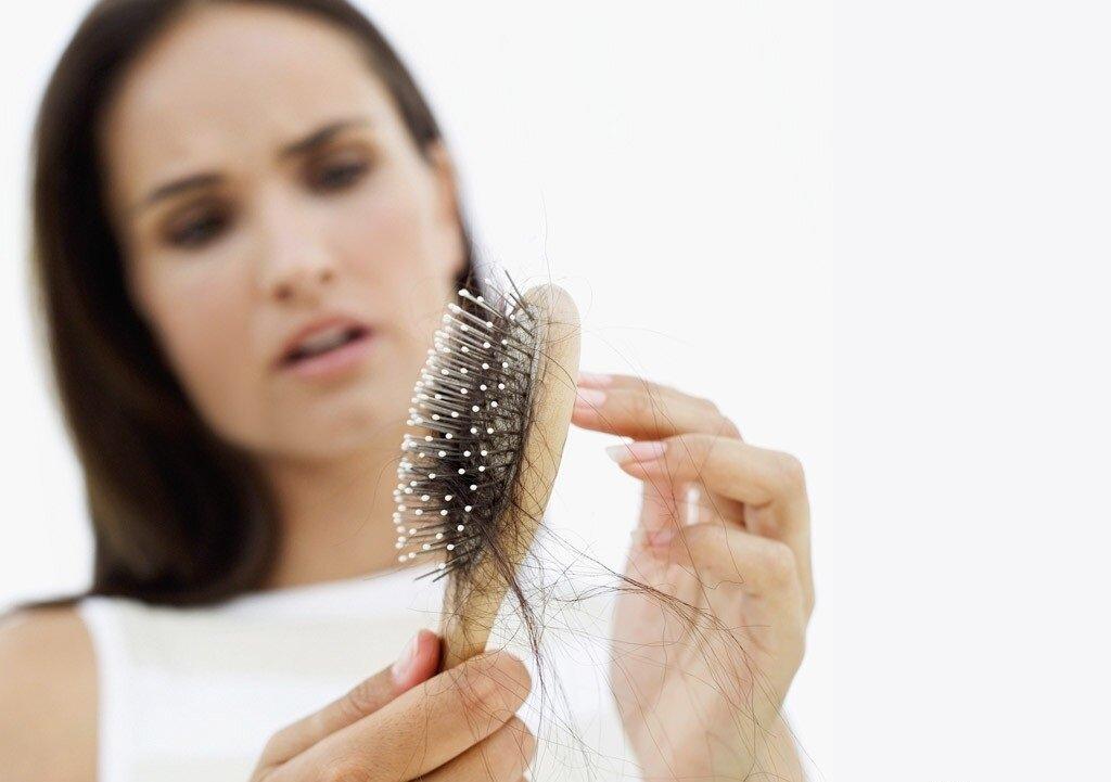 Проблема выпадения волос у молодой мамы после родов: основные причины и как этого избежать