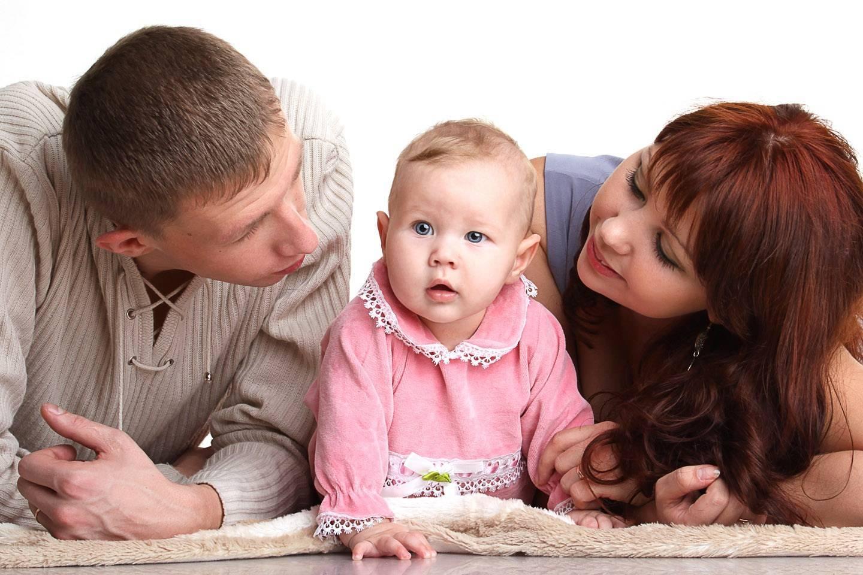 Как малыш относится к маме, родным и чужим людям в зависимости от возраста (от рождения до года)