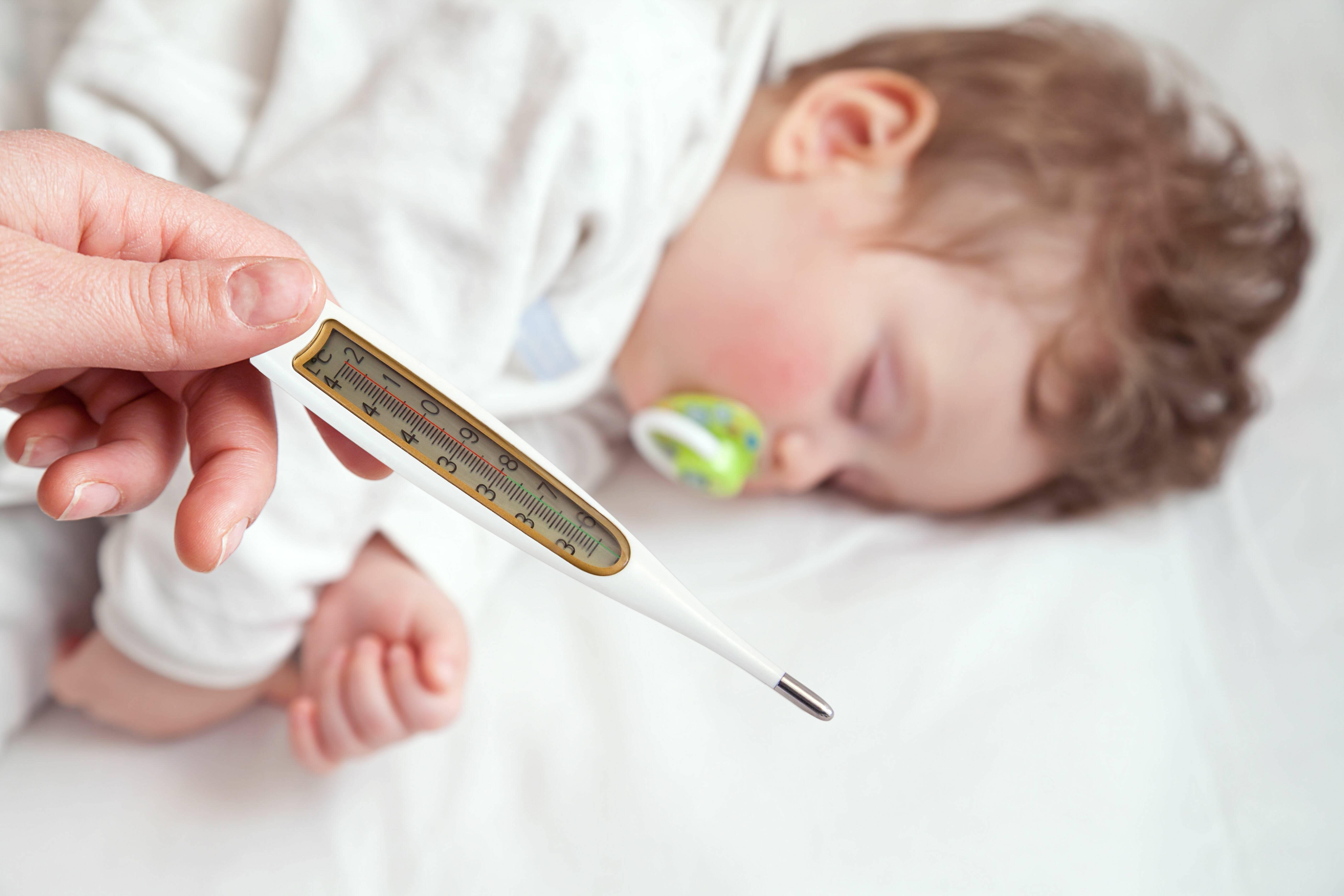 Температура у малыша в 6 месяцев - нужно ли сбивать и как