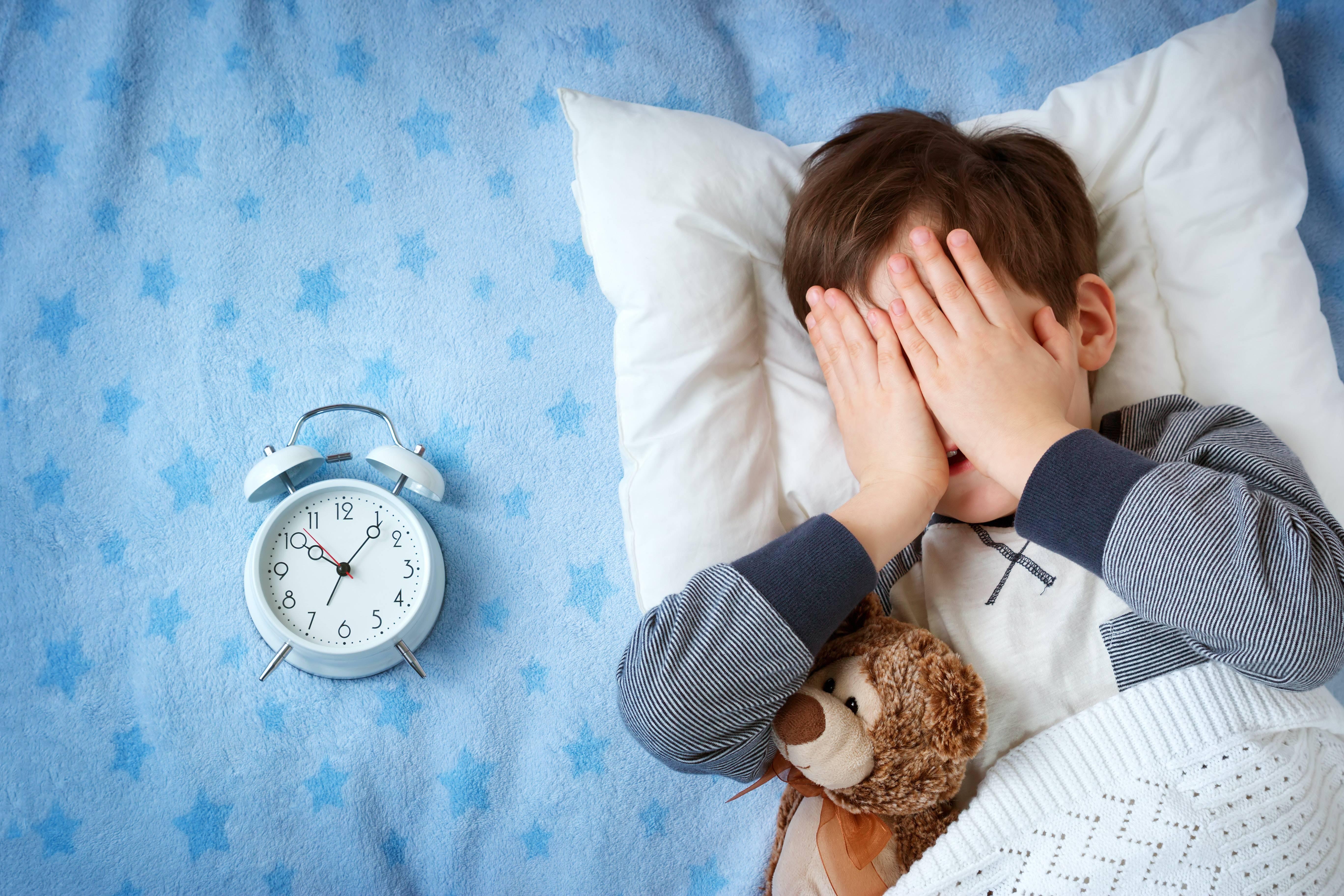 Ребенок спит только на руках — что делать