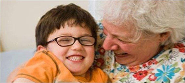 Бабушка чрезмерно балует внуков и все им позволяет: что делать родителям
