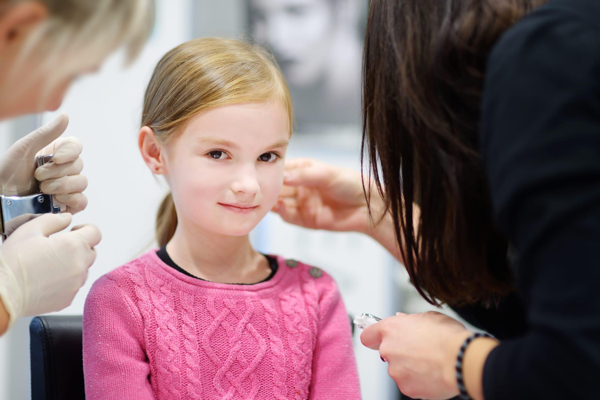 Нужно ли прокалывать девочке ушки?