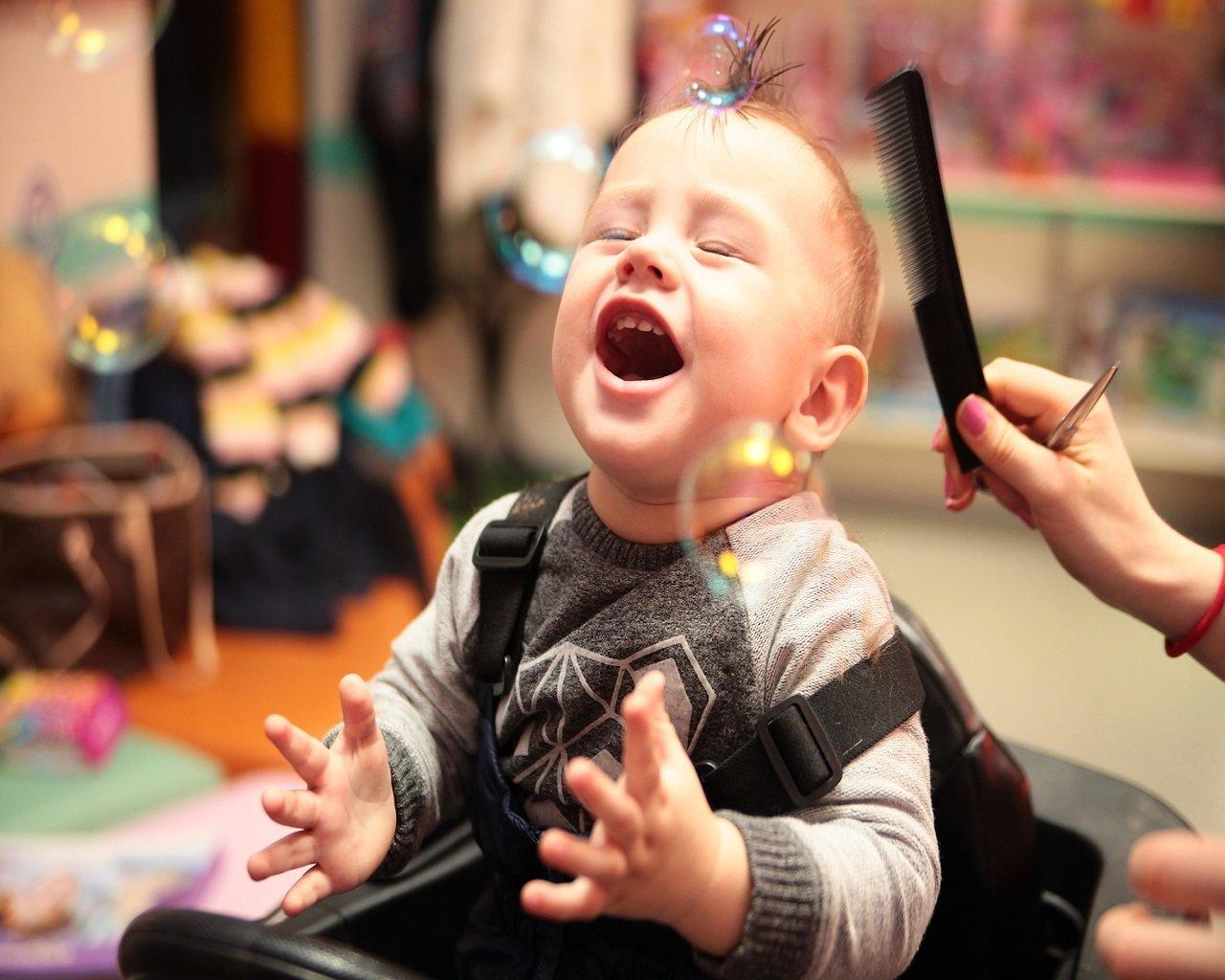 Ребёнок боится стричься: что делать, причины страха и другие аспекты проблемы
