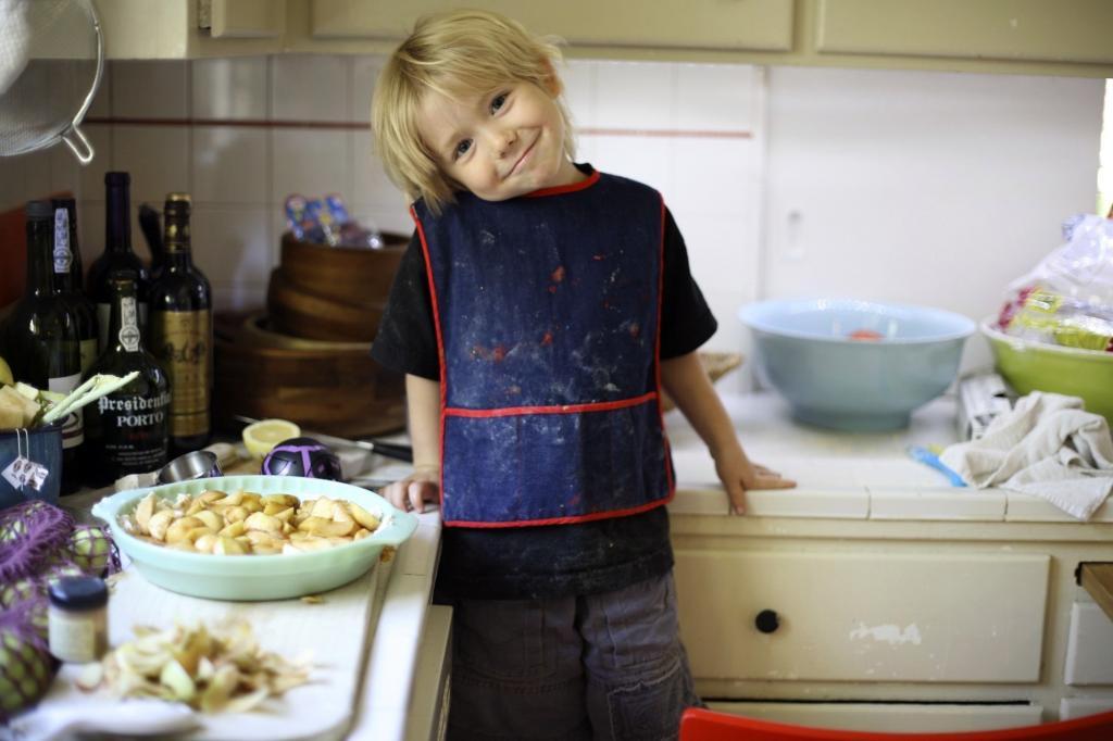 Дети на кухне: как уберечь и чем занять – обустройство