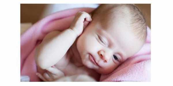 Почему ребенок-грудничок теребит уши, требуется ли лечение?