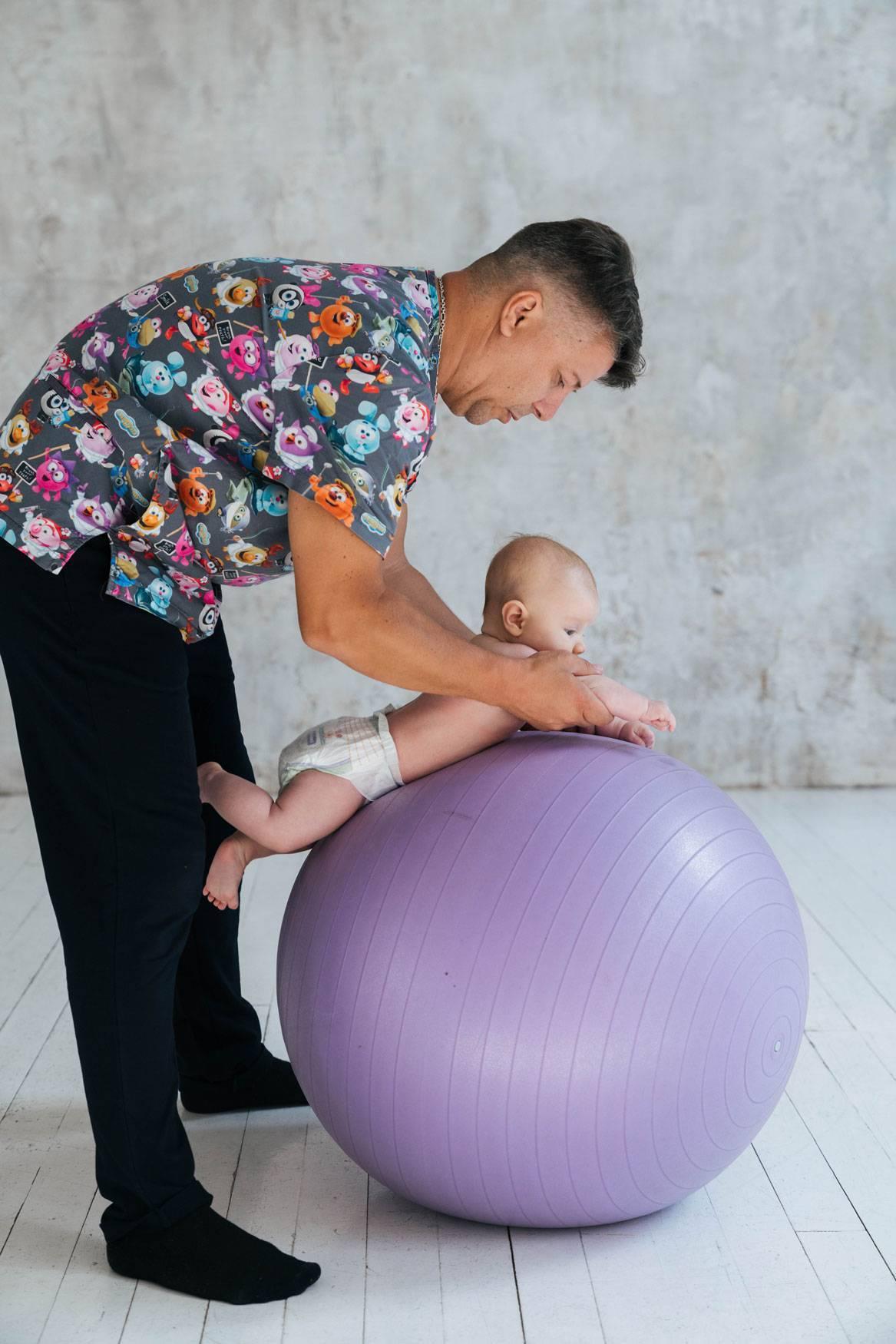 Упражнения на фитболе для грудничков: примеры занятий и польза гимнастики