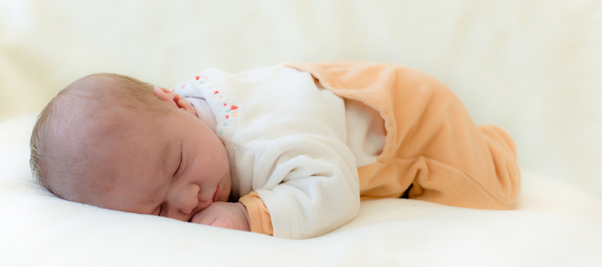 Можно ли новорожденному спать на животе, с какого возраста, полезно ли это