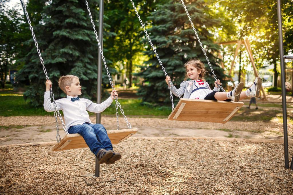Почему дети любят кататься на качелях