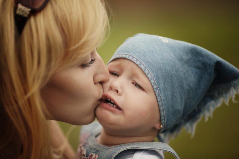 Как справиться маме при капризе и плаче ребенка