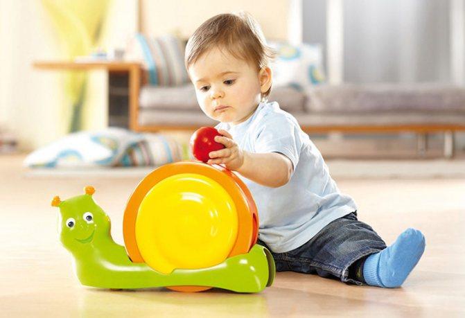 Когда ребенок начинает сидеть самостоятельно?