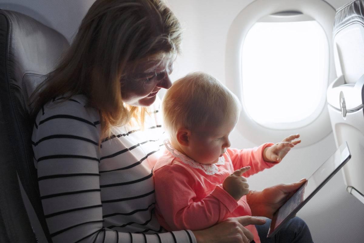 Чем занять ребенка в самолете: что можно взять на борт для малыша