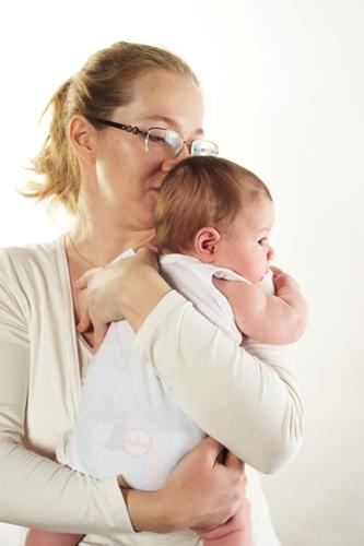 Как носить ребенка на руках: правильное положение рук и советы для родителей