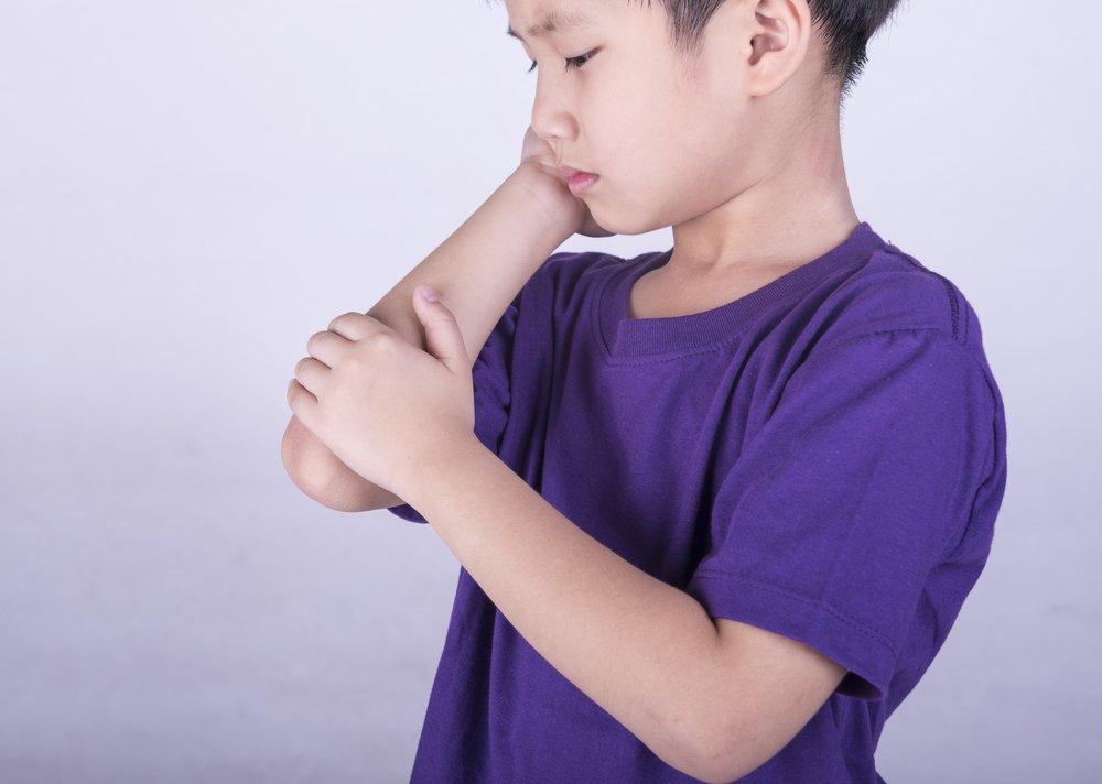 Боли в шее у ребенка сзади, с одной или двух сторон: что делать, почему возникают