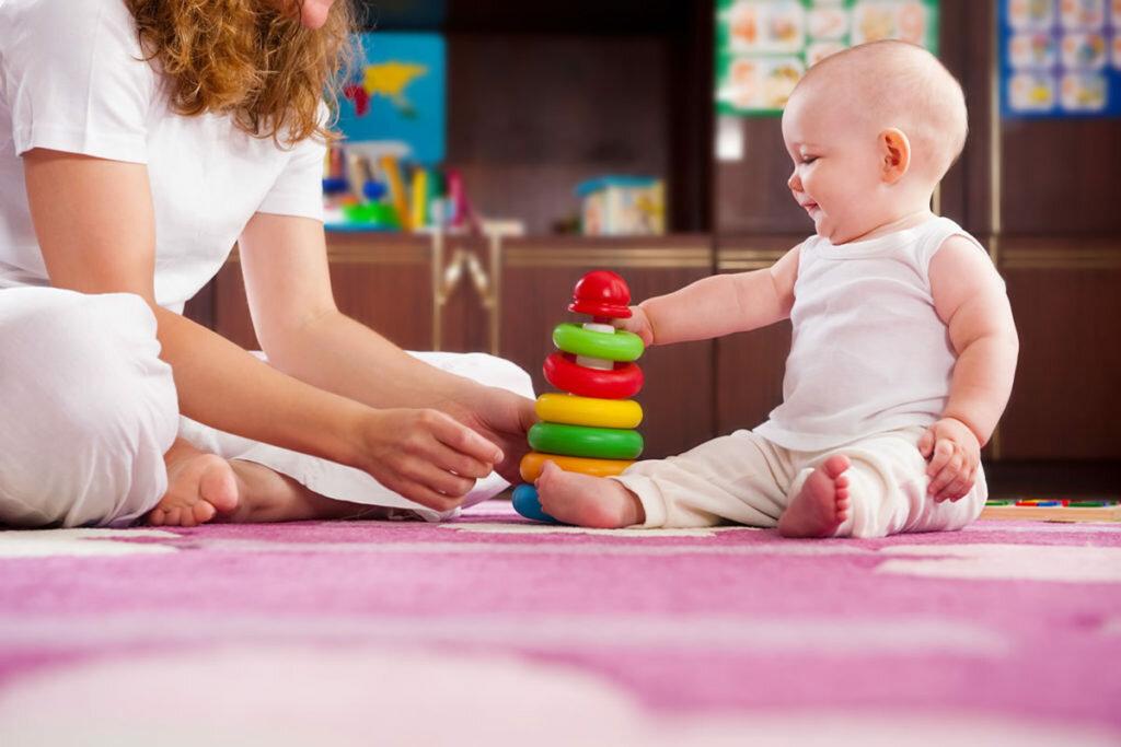 Игры с ребенком 5 месяцев: развиваем малыша в домашних условиях