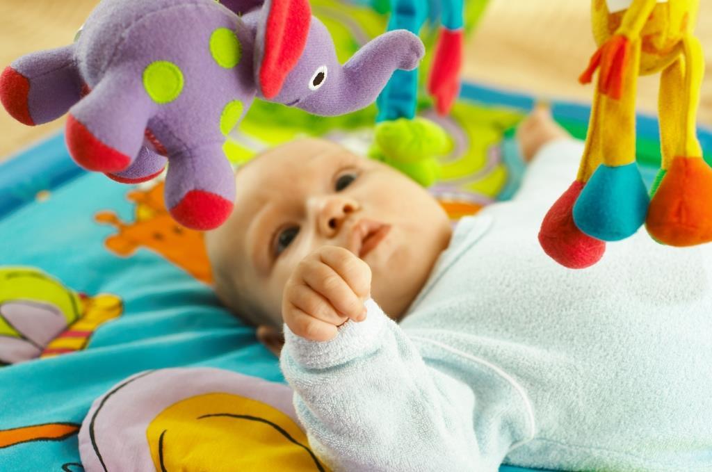 Как развивать ребенка в 1 месяц: игры для новорожденных, упражнения и уход