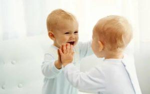 Почему нельзя показывать новорожденного в зеркало? происхождение и история приметы