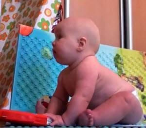 Во сколько месяцев начинают сидеть мальчики самостоятельно: в каком возрасте ребенок сам сидит на попе