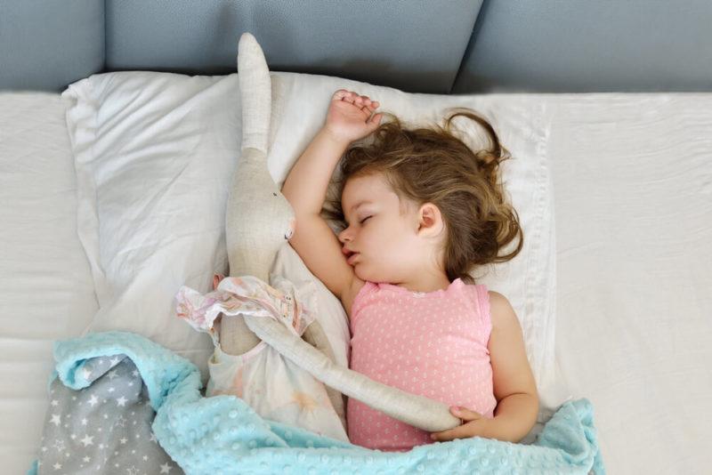 Ребёнок спит только на руках: как отучить без слез