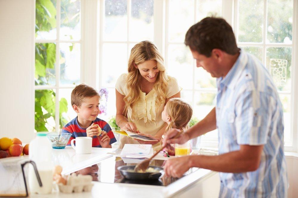 Почему дети должны помогать родителям по дому, как приучить ребенка к домашним обязанностям?