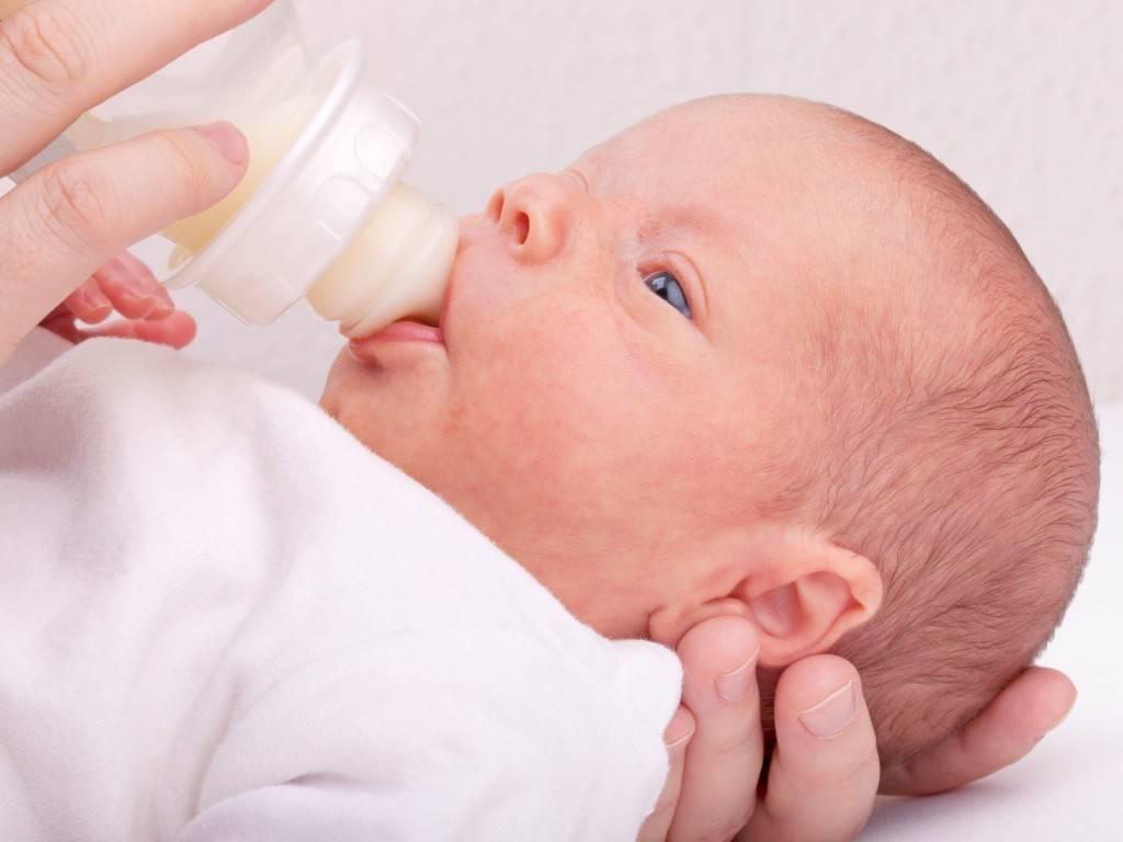 Почему ребёнок срыгивает после кормления грудным молоком: выясняем все возможные причины