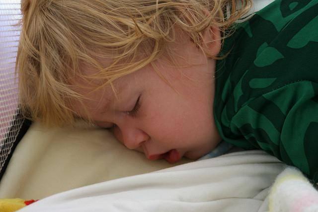 Почему сильно потеет голова у ребенка во сне ночью