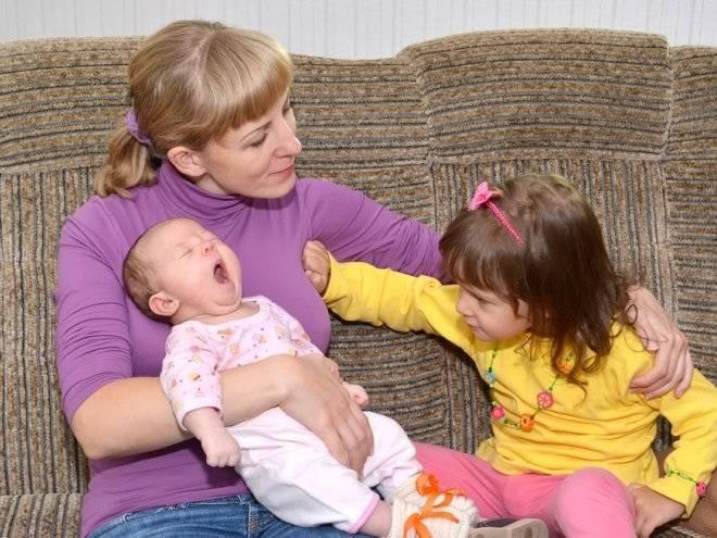 Детская ревность (старшего к младшему). как вести себя родителям?