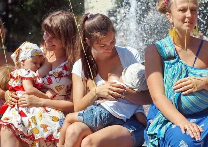 Можно ли кормить ребенка грудью в общественном месте? мнения - informburo.kz
