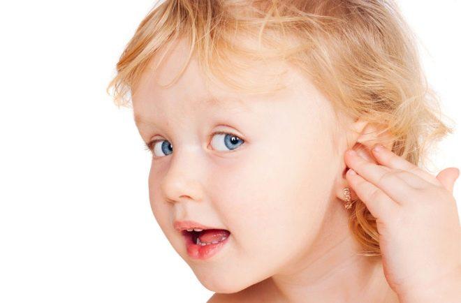 Почему ребенок чешет уши - причины и методы лечения