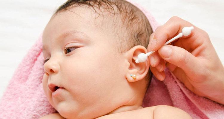 Как новорожденному почистить уши