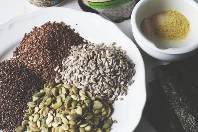 Можно ли кормящей маме употреблять в пищу тыквенные семечки: когда и в каком количестве?