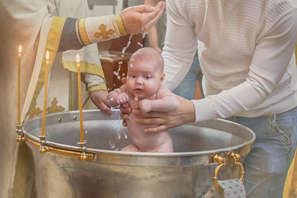 Можно ли быть крестным у нескольких детей: функции и обязанности духовных родителей