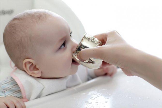 Как научить ребенка пить из чашки после бутылочки, поильника