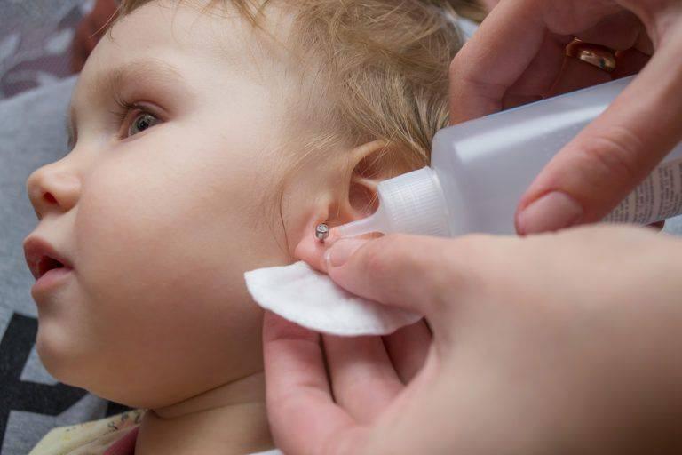 Как обрабатывать уши после прокола пистолетом ребенку, сколько времени они заживают? | konstruktor-diety.ru