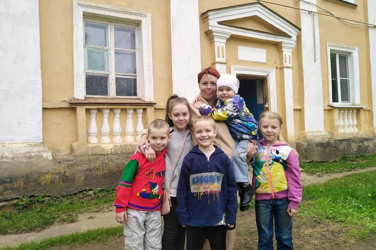 После смерти матери от covid-19 приемные дочери рассказали о рабстве в семье // нтв.ru